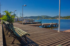 FLORIANOPOLIS BRAZYLIA, MAJ, - 08, 2016: niektóre ławki na wierzchołku dok blisko do niektóre łodzi parkować i ładnym widoku Zdjęcie Stock