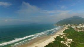FLORIANOPOLIS, ILHA de SANTA CATARINA, BRASIL - Costao faz a praia Florianopolis do santinho, Santa Catarina Em julho de 2017 vídeos de arquivo