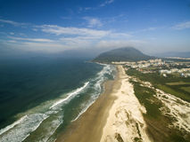 FLORIANOPOLIS SANTA CATARINA Ö, BRASILIEN - Costao gör santinhostranden Florianopolis, Santa Catarina Juli 2017 Arkivbild