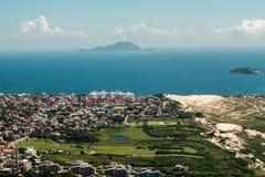 FLORIANOPOLIS, SANTA CATARINA/BRASILIEN - 5. MÄRZ 2019 Vogelperspektive von der Spitze Morro DAS Aranhas, Praia tun Santinho und  lizenzfreie stockfotografie