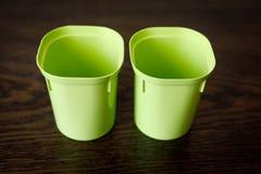 2 пустых пластиковых чашки для саженцев Детали Floriculture стоковое фото
