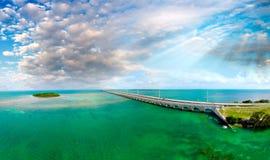 Florida befestigt Brücke, schöne Sonnenuntergangvogelperspektive lizenzfreie stockbilder