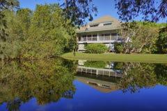 Florida-Haus mit privater Teichreflexion Lizenzfreie Stockbilder
