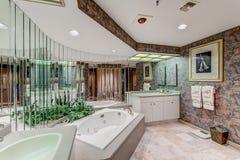 Florida lyxigt andelsfastighetbadrum med spegelväggen Arkivbild