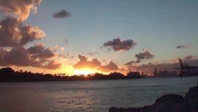 Florida, Miami, timelapse no por do sol, vista do mar e o porto na passagem dos navios de cruzeiros video estoque
