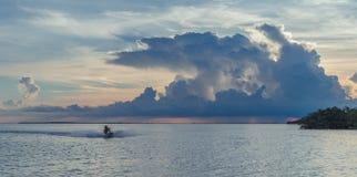 Florida-Schlüssel bei einem Sonnenuntergang mit Sturmwolken stockbild