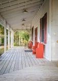 Florida veranda eller farstubro med bänkar arkivbilder