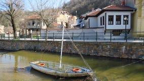 Florina, Griechenland Sakoulevas-Fluss, der die Stadt laufen lässt Lizenzfreie Stockfotos