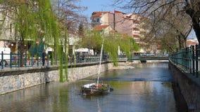 Florina, Griechenland Sakoulevas-Fluss, der die Stadt (Ost, laufen lässt ansicht) Stockfotografie