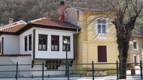 Florina, Griekenland Traditionele neoklassieke huizen door de rivieroever Stock Foto's