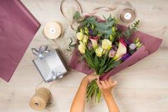 Florist bei der Arbeit Lizenzfreie Stockfotografie