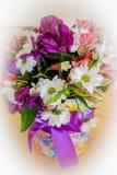 Florist bei der Arbeit: recht junge blonde Frau, die Mode modernen Blumenstrauß von den verschiedenen Blumen macht Lizenzfreies Stockfoto