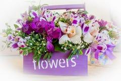 Florist bei der Arbeit: recht junge blonde Frau, die Mode modernen Blumenstrauß von den verschiedenen Blumen macht Stockbild