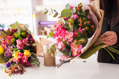 Florist, der den Blumenstrauß mit Rosen macht Lizenzfreies Stockfoto