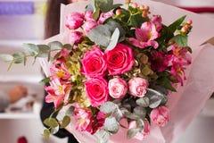 Florist, der den Blumenstrauß mit Rosen macht Lizenzfreie Stockfotos