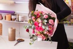 Florist, der den Blumenstrauß mit Rosen macht Lizenzfreies Stockbild