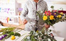 Florist, der einen Blumenstrauß macht Lizenzfreie Stockfotografie