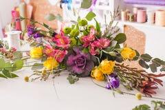 Florist, der einen Blumenstrauß macht Lizenzfreies Stockbild