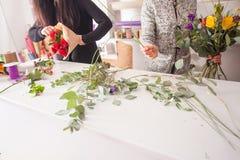 Florist, der einen Blumenstrauß macht Stockbild