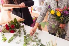 Florist, der einen Blumenstrauß macht Lizenzfreie Stockfotos