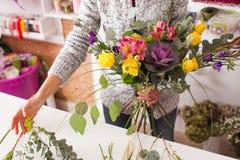 Florist, der einen Blumenstrauß macht Stockfotos