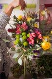 Florist, der einen Blumenstrauß macht Lizenzfreie Stockbilder