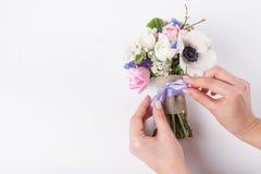 Florist, der einen schönen Frühlingsblumenstrauß macht Stockbild