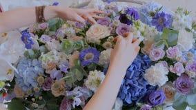 Florist, der großen Blumenkorb mit Blumen am Blumenladen macht stock video