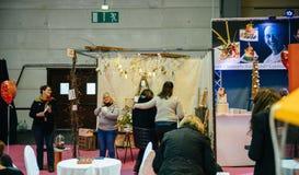 Florist an der Hochzeits-Ausstellung Stockfotografie