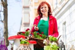 Florist, der Korb von Blumen liefert Stockfotos
