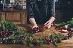 Florist, der Weihnachtsdekorationen macht lizenzfreies stockfoto