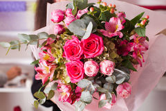 Florist making the bouquet with roses Royalty Free Stock Photos