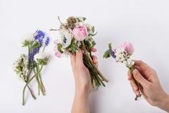 Florist prepering einen Blumenstrauß Lizenzfreie Stockbilder