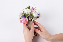 Florist prepering einen schönen Blumenstrauß Stockbild