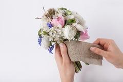 Florist prepering einen schönen Blumenstrauß von den Frühlingsblumen Lizenzfreie Stockfotos
