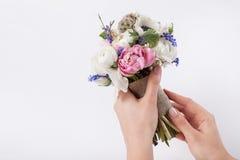 Florist prepering einen schönen Ostern-Blumenstrauß Stockbild