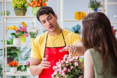 The florist selling flowers in a flower shop Royalty Free Stock Photography
