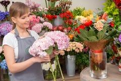 Florist setzt Blumenstrauß in den Vase Stockfotografie