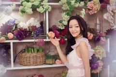 Florista asiático bonito da mulher no vestido cor-de-rosa na loja de flor Imagem de Stock Royalty Free