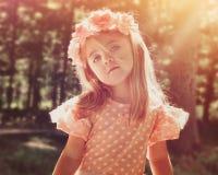 Florista bonito nas madeiras com luz do sol imagens de stock royalty free