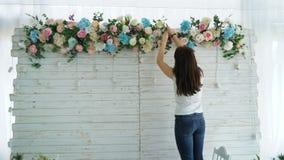 Florista bonito que cria o arranjo colorido do ramalhete da mola vídeos de arquivo