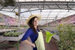 Florista con el sombrero en invernadero Imagen de archivo libre de regalías