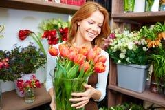 Florista con los tulipanes Imagen de archivo