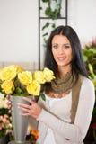 Florista de sexo femenino en departamento de flor Imágenes de archivo libres de regalías