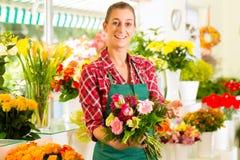 Florista de sexo femenino en departamento de flor Foto de archivo libre de regalías