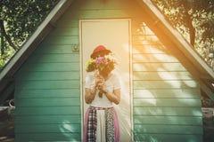 Florista de sexo femenino feliz con el manojo de flor colorida Fotografía de archivo libre de regalías