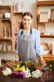 Florista de sorriso no florista fotos de stock royalty free