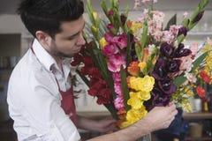 Florista Decorating Flower Vase imágenes de archivo libres de regalías