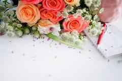 Florista del taller, tabla con las flores, aún vida Foco suave Imagen de archivo libre de regalías