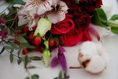 Florista del taller, tabla con las flores, aún vida Foco suave Fotos de archivo libres de regalías